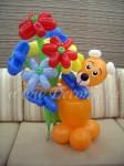 Медведь-медвежонок с букетом цветов