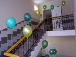 Украшение лестницы шарами
