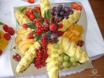 Красивая раскладка фруктов на блюде