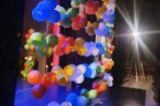Украсить сцену воздушными шарами